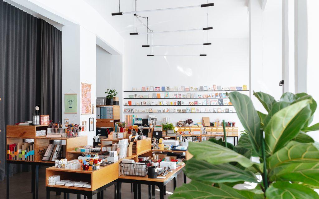 """Der Innenraum des Geschäfts """"Eisenhauer"""" in Leipzig: Bunte Produkte, die das Leben ordnen."""
