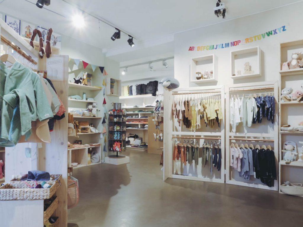 Der Conceptstore cob in Essen. Zu sehen ist Babykleidung in verschiedenen Farben, alles ökologisch und fair.