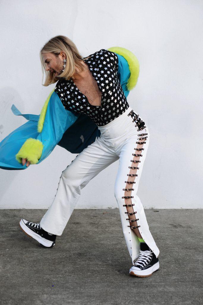 Person in bunter Kleidung tanzt