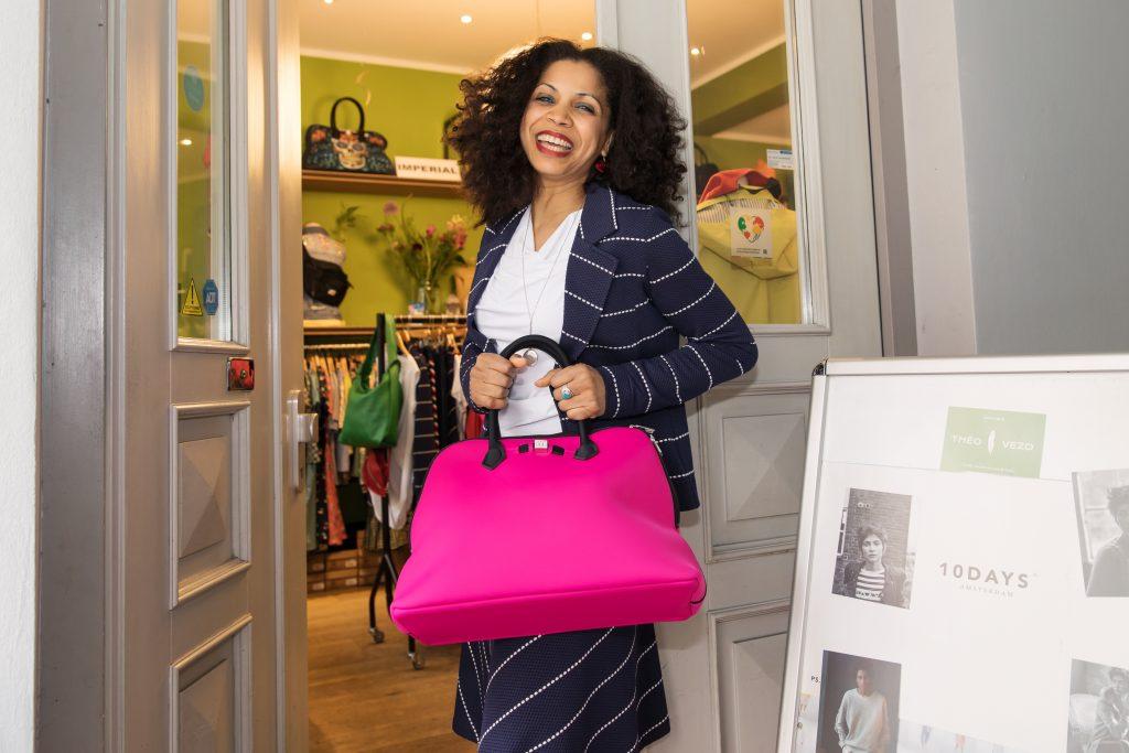 Théo Vezo ist die Inhaberin des gleichnamigen Geschäfts in Hamburg. Sie liebt Kleidung und die Stadt, in der sie lebt. Zu sehen ist Théo in ihrem Laden.