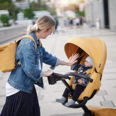 Mutter mit Kind im Kinderwagen