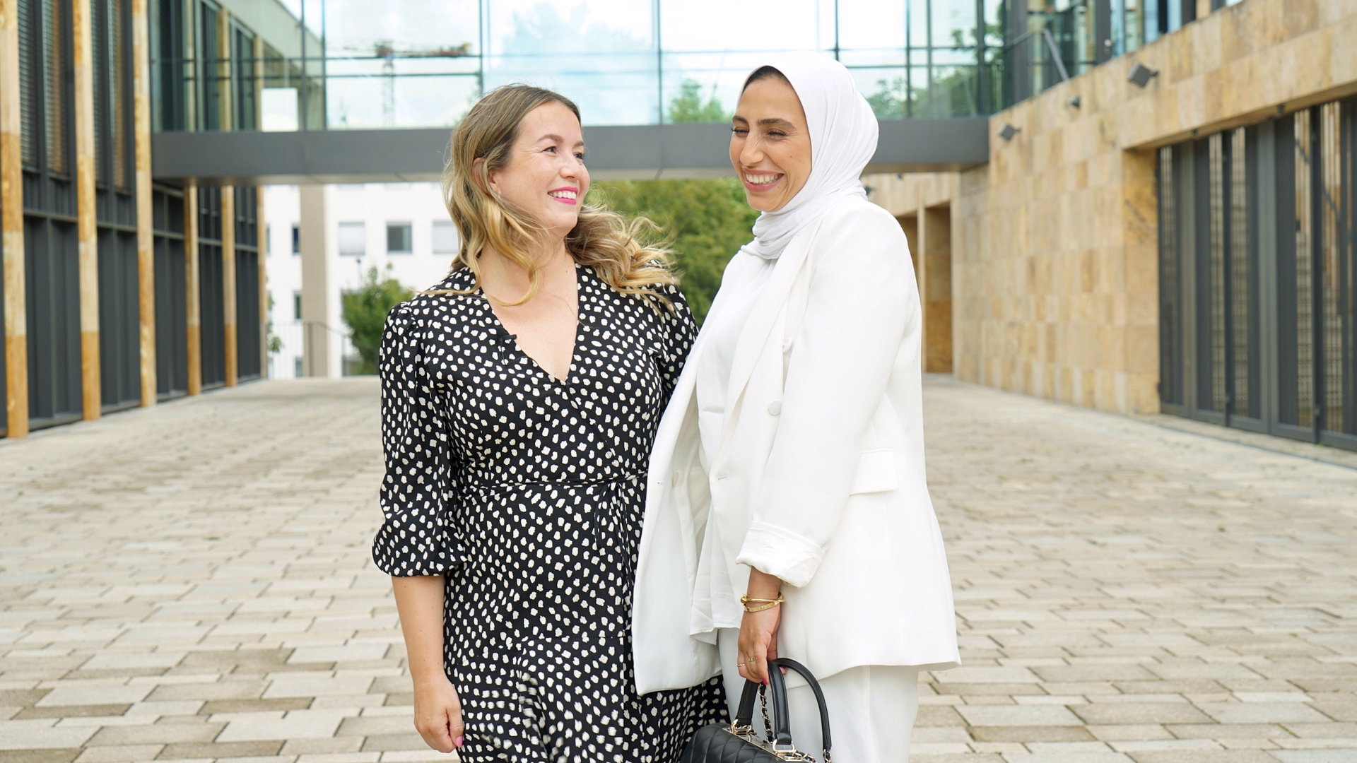 Zwei Frauen, draußen, lachend